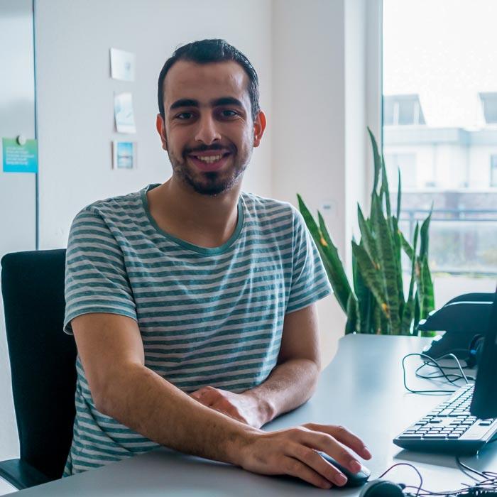 Bild Auszubildender Ahmad am Rechner