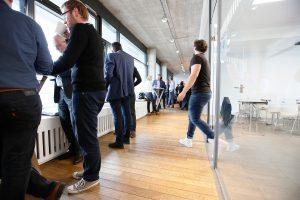 Teilnehmer im Gang von Bauwerk Hafen während der 1. ECON Customer Conference