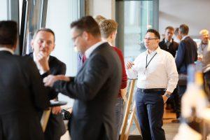 Hakan Baran Geschäftsführer ECON Application GmbH im Gespräch mit Teilnehmern der 1. ECON Customer Conference