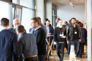 Teilnehmer der 1. ECON Customer Conference 2019 im Gespräch im Bauwerk Hafen