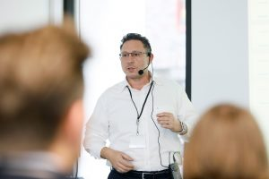 Vortrag von Hakan Baran Geschäftsführer der ECON Application GmbH während der 1. ECON Customer Conference