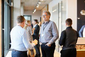 Teilnehmer der 1. ECON Customer Conference 2019 unterhalten sich im Bauwerk Hafen