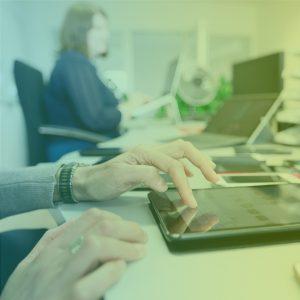 2 Frauen arbeiten im Büro am Tablet Hände